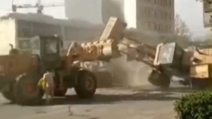 The clash of bulldozer, HarpSealEagre/Youtube