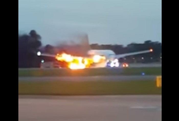 Singapore's Boeing 777 Catches On Fire - Weirld News